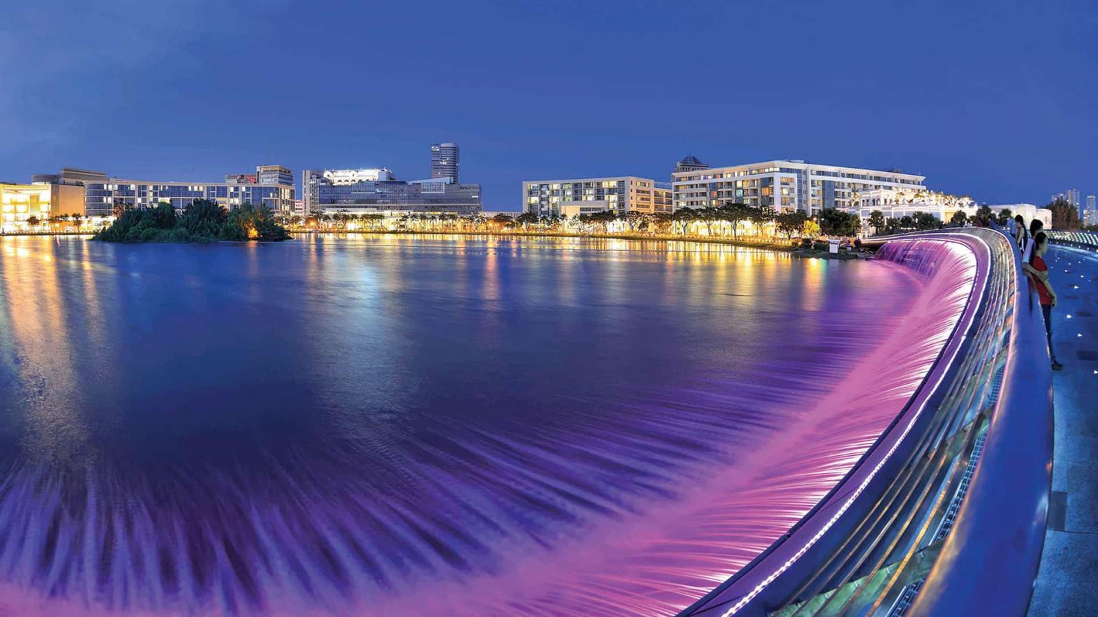 Hồ Bán Nguyệt + Cầu Ánh Sao nối kết phố đi bộ dài 700m của Khu The Crescent với Khu Kênh Đào