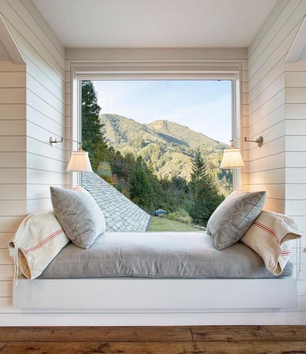 Bệ cửa sổ cũng có thể được sử dụng như chiếc giường tạm