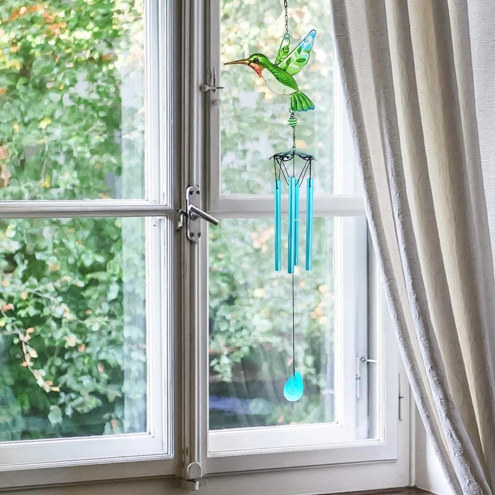 Treo chuông gió trang trí cửa sổ cũng là gợi ý không tồi