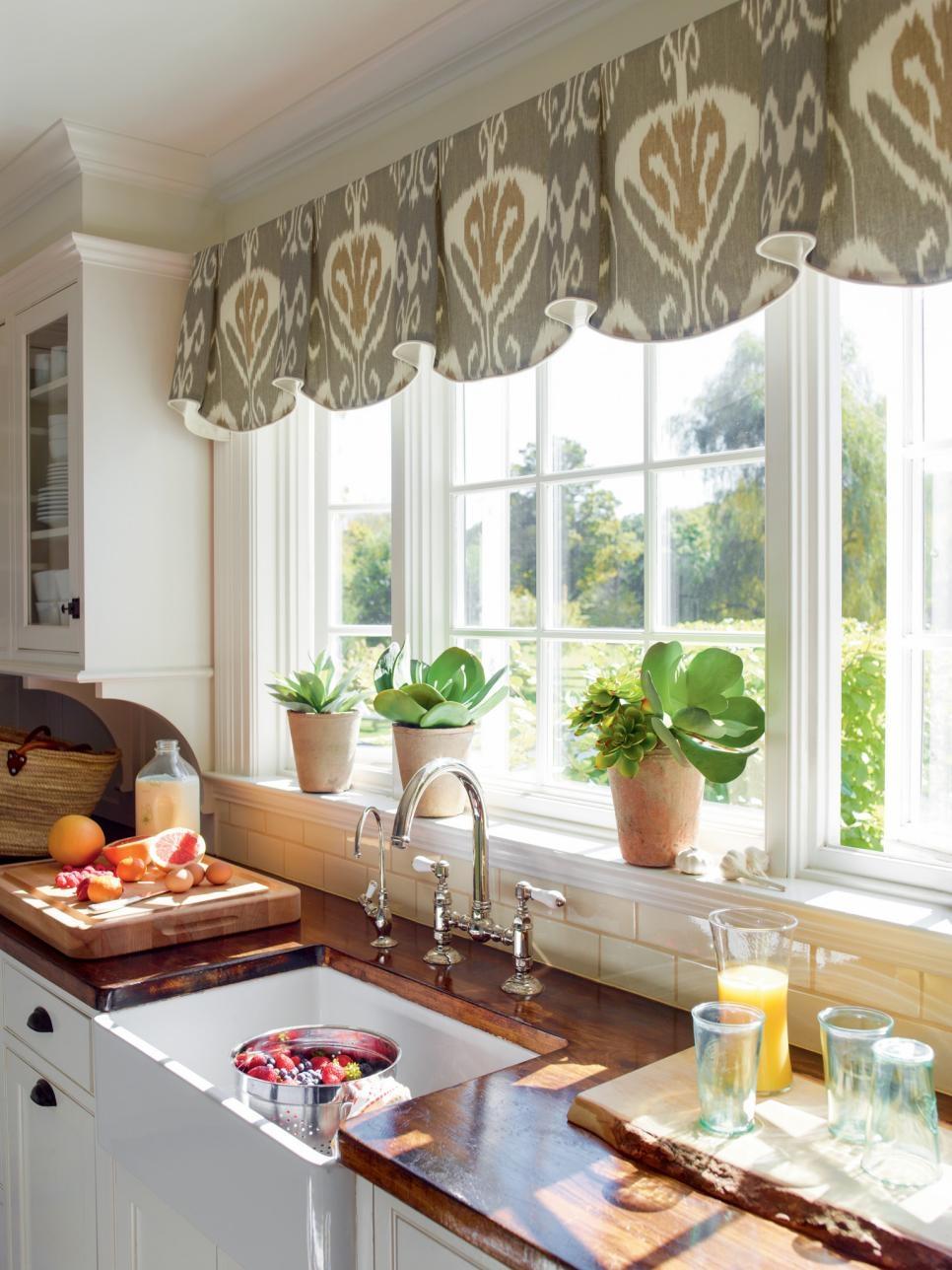 Bệ cửa sổ phòng bếp được đặt thêm chậu cây xanh mát mắt