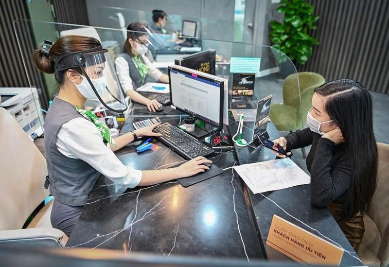 Làm việc với ngân hàng để thảo luận về điều kiện, hồ sơ xin giảm lãi suất