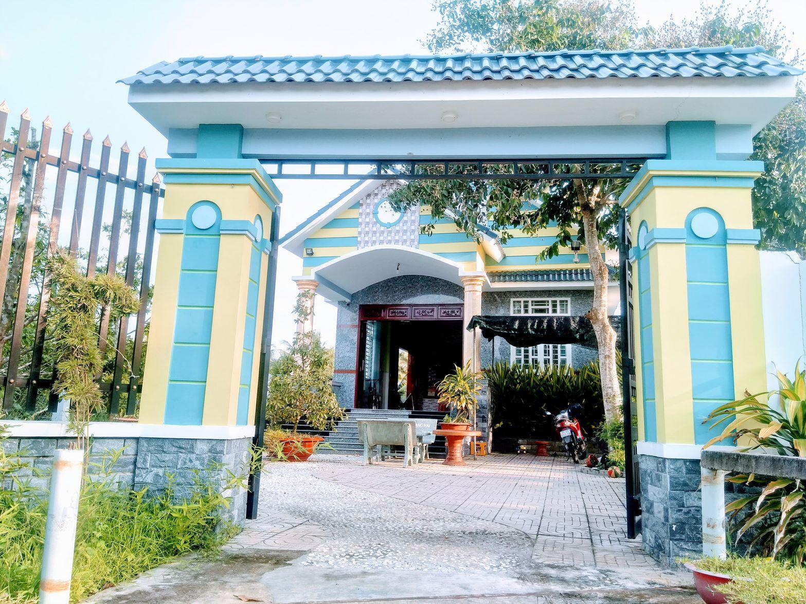 Cổng vào ngôi nhà khang trang của anh Linh
