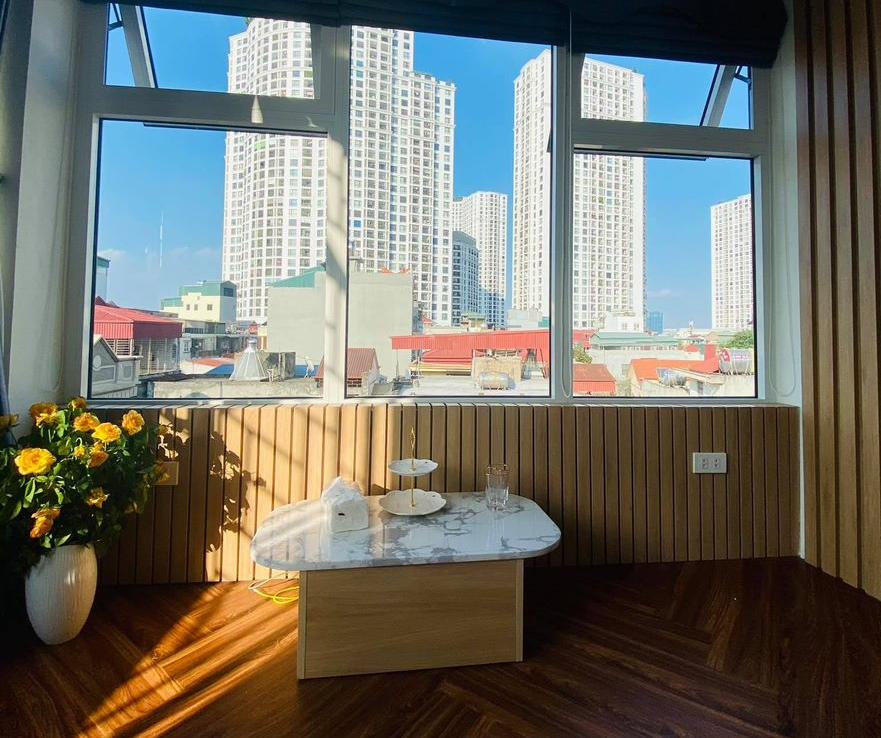 Phòng khách nhỏ cạnh cửa sổ.