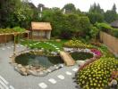 Sân vườn tràn đầy sinh khí với hồ nước nhỏ