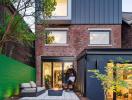 Không gian sống hiện đại trong ngôi nhà có tường gạch bao quanh