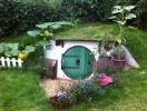 Căn nhà nhỏ xinh xắn nằm gọn dưới hố trồng cây