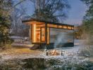 Thăm ngôi nhà nhỏ xinh làm bằng gỗ tái chế của nhà văn nổi tiếng