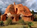 Ngôi nhà 2 tầng hình thù kỳ lạ được làm từ đất sét