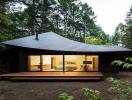 """Ngôi nhà Nhật Bản như một """"chiếc lá khổng lồ"""" nằm giữa rừng cây"""