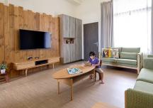 Căn hộ sử dụng nội thất gỗ đơn giản của gia đình nhà giáo