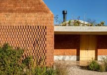 Hòa mình với thiên nhiên trong ngôi nhà xây từ gạch vỡ
