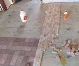 Sàn nhà đẹp lung linh được làm từ những mẩu gỗ vụn