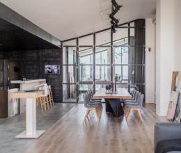 Sau cải tạo, căn hộ áp mái trở thành không gian đầy sắc màu hiện đại