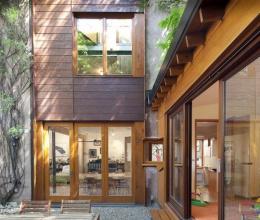 Mê mẩn ngôi nhà gỗ ngập sắc xanh như khu vườn cổ tích