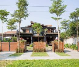 Ngôi nhà hai trong một dưới chân núi Sơn Trà