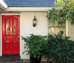 Nổi từ nhà ra ngõ với khung cửa bắt mắt