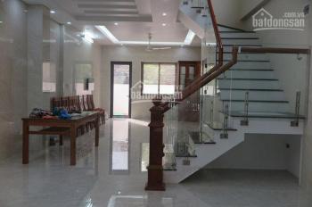 Nhà đẹp mặt phố Lạc Long Quân cho thuê diện tích 110m2, xây dựng 4 tầng, có sân rộng trước nhà