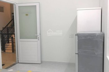 Phòng tiện nghi có sẵn kệ bếp, máy lạnh gần vòng xoay Lăng Cha Cả, quận Tân Bình