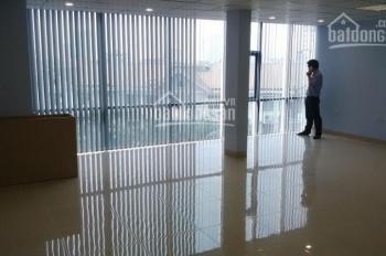Cho thuê gấp VP phố Nguyễn Hoàng giá rẻ sàn 30m2, giá 3,5tr, ban công ánh sáng, sàn gỗ, ô tô đỗ cửa