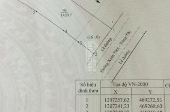 Đất 2 mặt tiền, 1 đường nhựa lớn, 1 hẻm đất hông 5m. Diện tích 20x70m, nở hậu, giá 1,050 tỷ