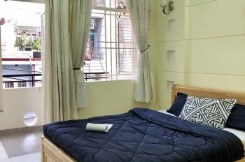 Phòng rộng, ban công, sẵn tiện nghi, mát mẻ. Gần chợ Phạm Văn Hai