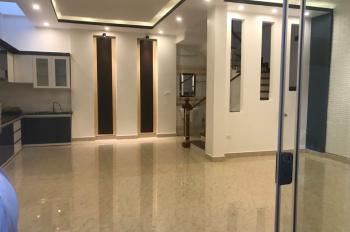 Nhà 3 tầng 3 bước ra phố đi bộ Nguyễn Đức Cảnh. DT: 52m, hướng: Tây Nam cần bán