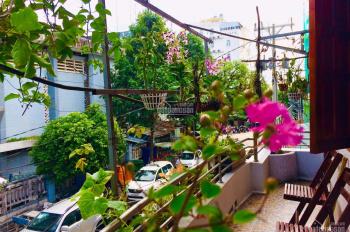 Phòng nghỉ đầy đủ tiện nghi với ban công rộng 7m, kế bên chợ đêm Phú Quốc, gần bãi biển Dinh Cậu