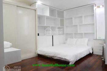 Cho thuê căn nhà có thang máy, sàn gỗ xịn, với tổng 4 phòng ngủ ở phố Hàng Chuối. 0983739032