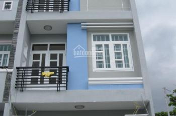 Nhà nằm ngay sau ủy ban nhân dân phường Bình Hưng Hòa B, trong khu dân cư Vĩnh Lộc