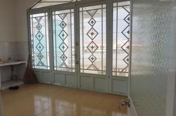 Phòng lầu 3, sân thượng có mái che rộng lớn như hình. DT: 5,5m x 8m