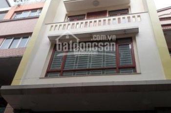 Cần cho thuê nhà mặt phố Hoa Bằng, diện tích 85m2 * 3,5 tầng, mặt tiền 4,5m. Giá cho thuê 30tr/th