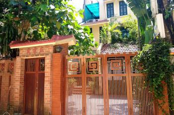 Cho thuê nhà riêng 3 tầng sân vườn rộng, gần đường Thanh Niên - Tây Hồ