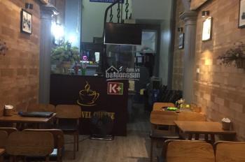 Tôi cho thuê và nhượng lại quán cafe mặt phố Duy Tân - Cầu Giấy. Diện tích: 40m2 x 4 tầng, 20tr/th