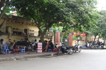 Bán đất phố Dương Quảng Hàm, DT 44m2, MT 4m vuông vắn, ngõ 2,7m, giá 82tr/m2. LH: 0947235686