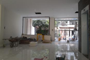 Cho thuê sàn VP, DT 8x20m 1 hầm 4 lầu, 3,5 sàn suốt, thang máy, giá 115 triệu/tháng. LH: 0901380809