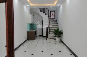 Cho thuê căn nhà trong ngõ 24 phố Phan Văn Trường. Diện tích 40m x 3,5 tầng, mỗi tầng 1 phòng