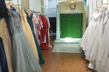 Cần nhượng lại tiệm áo cưới mặt tiền Nguyễn Văn Trỗi, tiền sang nhượng 200 triệu full đồ,0792366350