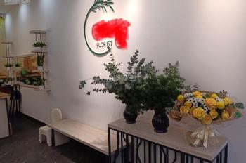 Sang nhượng cửa hàng hoa mặt phố Nguyễn Văn Cừ, Q. Long Biên DT 35m2x2 tầng, MT 3,5m 12tr/th