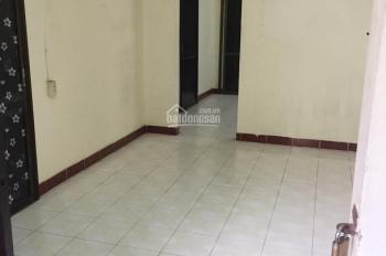 Cho thuê căn hộ tập thể tầng 2 80m2 2 ngủ 1 khách 1 wc có sân thoáng mát MP Giảng Võ giá 6 triệu/th
