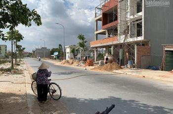 Bán đất gần chợ Bà Hom ngay công viên, đường 20m, sổ hồng có sẵn, sang tên trong ngày