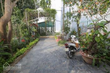 Cho thuê nhà sân vườn 2 phòng ngủ khu Lạc Long Quân, Tây Hồ