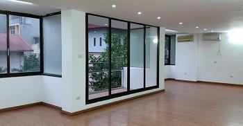 Cho thuê 180m2 sàn văn phòng phố Láng hạ, sàn gỗ, điều hòa, trần thạch cao. Sử dụng luôn. 25tr/th