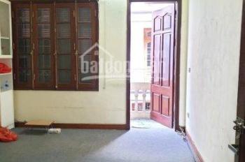 Cho thuê phòng trọ, ngõ rộng oto vào nhà DT: 20m2 ngõ 121 phố Chùa Láng