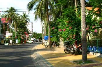 Tôi chính chủ cần bán nhà mặt phố Nguyễn Đình Chiểu. Giá: 350tr/m2x 50m, mặt tiền 10m, 3 mặt thoáng