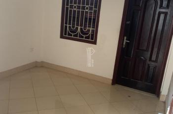 Cho thuê nhà cả tầng 3, DT 75m2, gồm 2 phòng ngủ, sân phơi riêng, điện nước tự trả. Giá 3tr/th