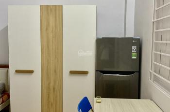 Có giường đệm, máy lạnh, tủ lạnh, tủ áo, bàn ghế, WC trong phòng có máy nước nóng