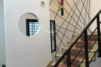 Cho thuê nhà mặt tiền Nguyễn Hồng Đào gần ngã tư Bàu Cát, phường 14, DT 4mx20m, trệt 3 lầu, 25tr