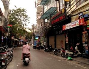 Gia đình cần bán gấp CHTT tầng 1 Trương Định giá 900 triệu, DT 66m2, KD sầm uất, ô tô tránh