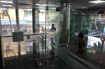 Cho thuê showroom mặt phố Nguyên Hồng, 2 mặt tiền, 100m2 9 tầng, 45 triệu