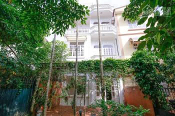 Cho thuê nhà sân vườn 4 phòng ngủ đường Đặng Thai Mai - Tây Hồ